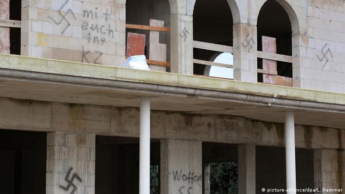Swastyki i antymuzułmańskie hasła na murach meczetu budowanego w Dormagen