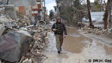 Fighter walking through Kobane *** Hermione Gee, DW, Kobani, 15.12.2014