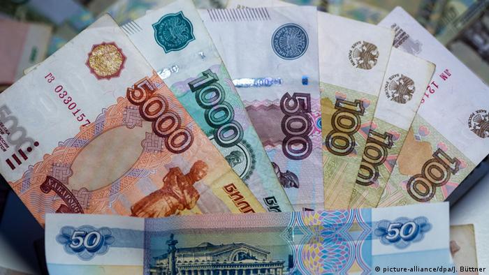 Банкноты в 50, 100, 500, 1000 и 5000 российских рублей