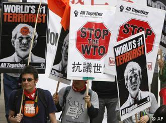 Manifestantes antiglobalistas responsabilizan a la OMC de aumentar la pobreza en el mundo.
