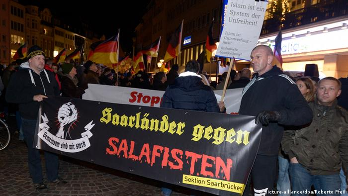 Bogida-Demonstranten protestieren am 22.12.2014 in Bonn (picture-alliance/dpa/Roberto Pfeil)