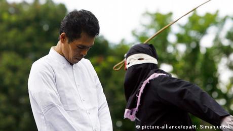 Indonesien Scharia öffentliche Auspeitschung in Jantho Provinz Aceh (picture-alliance/epa/H. Simanjuntak)
