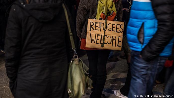 Schild 'Refugees welcome' (Flüchtlinge willkommen) (Foto: dpa)