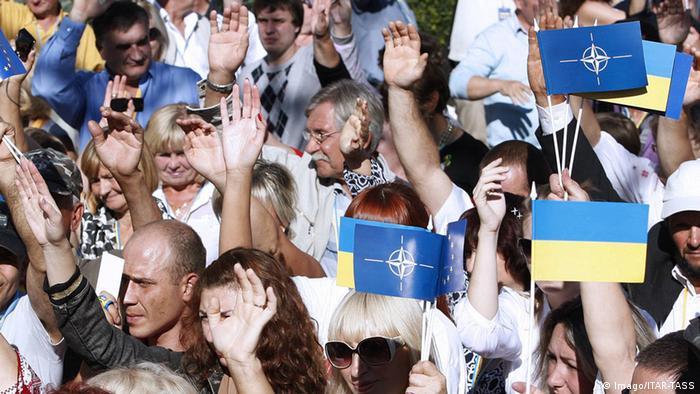 Прихильники вступу України в НАТО на мітингу у вересні 2014 року