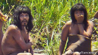 Dos miembros de la etnia Mashco Piro.