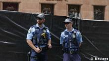 New South Wales police officers guard a post near the fenced-off site of the siege at the Lindt cafe in Martin Place, Sydney, December 17, 2014. Tough new national security laws failed to prevent a deadly hostage crisis in the heart of Sydney this week, Australian Prime Minister Tony Abbott said on Wednesday, raising questions about the usefulness of such measures. REUTERS/Jason Reed (AUSTRALIA - Tags: CRIME LAW POLITICS CIVIL UNREST) --- eingestellt von haz