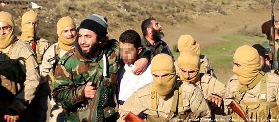 Combatentes do EI fazem jordaniano como refém