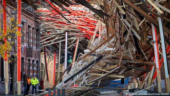 Die Freiluft-Installation The Passenger ist im Dezember 2014 in Teilen zusammengestürzt (Foto: EPA/OLIVIER HOSLET)