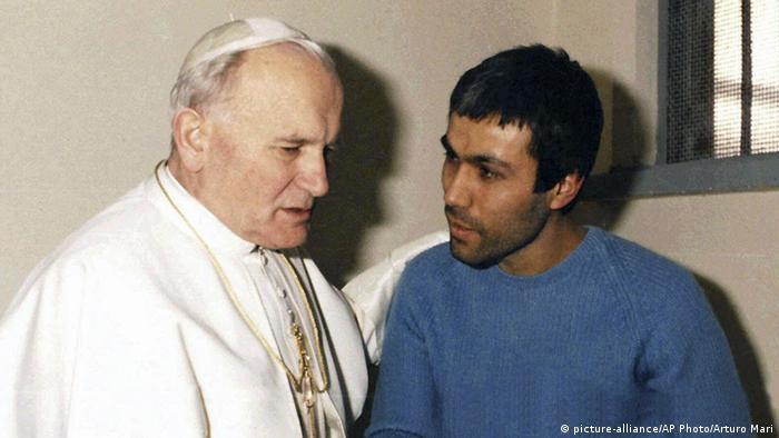 En diciembre de 1983, el Papa visitó a Mehmet Ali Agca, quien había intentado asesinarlo.