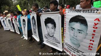 Los familiares de los desaparecidos también se congregaron cerca de la residencia presidencial.