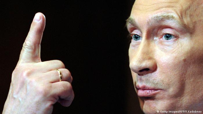 Владимир Путин с поднятым вверх пальцем