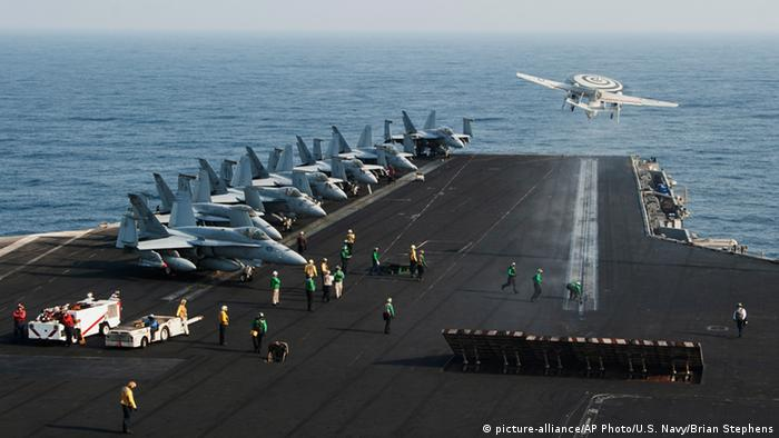 Luftangriffe der USA gegen IS (picture-alliance/AP Photo/U.S. Navy/Brian Stephens)