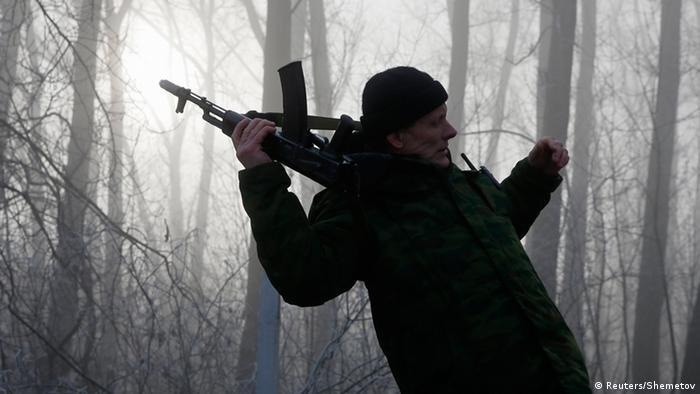Pro Russicher Milizionär steht im Wald Foto: Reuters