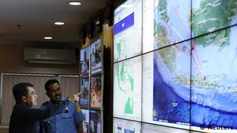 Indonesia's vice-president Jusuf Kalla (L) monitors progress in the search for AirAsia Flight QZ8501 during a visit to the National Search and Rescue Agency in Jakarta December 28, 2014 in this picture supplied by Antara Foto (Photo: REUTERS/Antara Foto/Wahyu Putro)