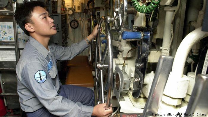 Matrose in einem taiwanischen U-Boot (picture alliance/AP Photo/C. Chiang)