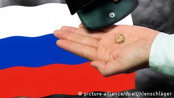 ПРотянутая рука на фоне российского флага