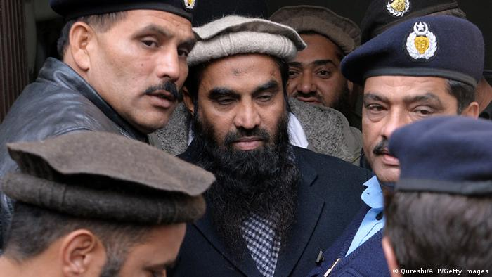 Pakistani security personnel escort Zaki-ur-Rehman Lakhvi (C), alleged mastermind of the 2008 Mumbai attacks, as he leaves the court in Islamabad on December 30, 2014 (Photo: AAMIR QURESHI/AFP/Getty Images)