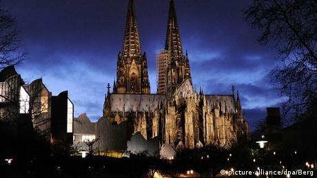 Ο καθεδρικός ναός της Κολωνίας είναι το σήμα κατατεθέν της μητρόπολης του Ρήνου που μπορεί κανείς να δει από μακριά. Με ύψος 157 μέτρων, είναι η τρίτη σε ύψος εκκλησία στον κόσμο. Για να μπορέσουν όσο το δυνατόν περισσότερα άτομα να γιορτάσουν την παραμονή των Χριστουγέννων στον γοτθικό ναό, φέτος παρά τα αυστηρά υγειονομικά μέτρα υπάρχουν τέσσερις χριστουγεννιάτικες λειτουργείες.