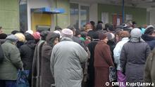 Menschen warten vor einer Bank in Donetsk, Ukraine