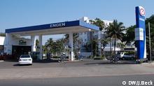 Beschreibung: Tankstelle der Firma Engen an der Avenida dos Mártires de Mueda in Maputo. Im Hintergrund das Hotel Cardoso. Fotograf: Johannes Beck (DW) Ort: Maputo, Mosambik Datum: 14.09.2014