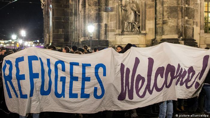 Großer Banner mit den Worten: Flüchtlinge willkommen! von der Gegendemonstration gegen Pegida in Dresden am 15.12.2014, Foto von Oliver Killig/ dpa