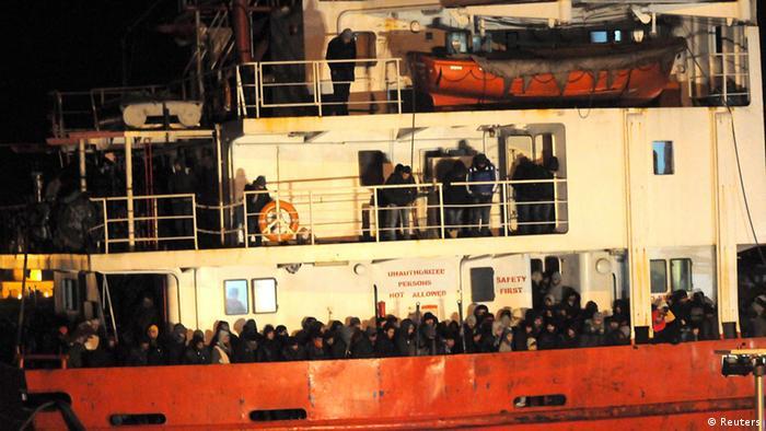 Italien Gallipoli Ankunft Migranten auf Frachter Blue Sky M 31.12.2014