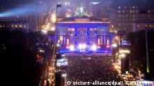 Tausende Menschen feiern eine Silvesterparty am 31.12.2014 am Brandenburger Tor in Berlin. Bei dem Open-Air-Spektakel entlang der Straße des 17. Juni feiern Menschen aus aller Welt den Jahreswechsel. Foto: Jörg Carstensen/dpa