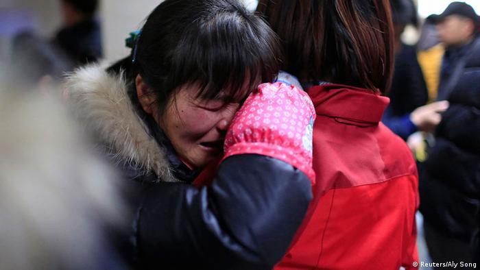 Zwei Frauen umarmen sich weinend (Foto: rtr)