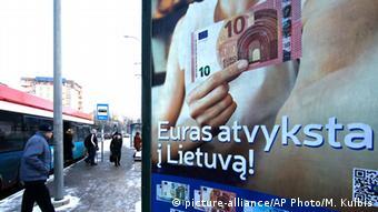 Рекламный щит с евробанкнотами в Вильнюсе