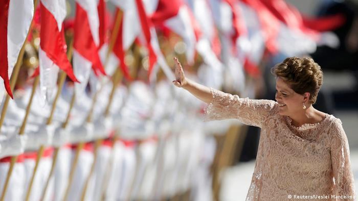 """Dilma """"simplifica"""" ao culpar crise internacional e seca"""