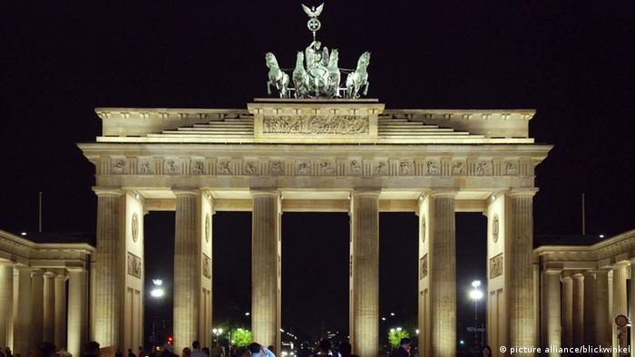 Brandenburger Tor bei Nacht (picture alliance/blickwinkel)
