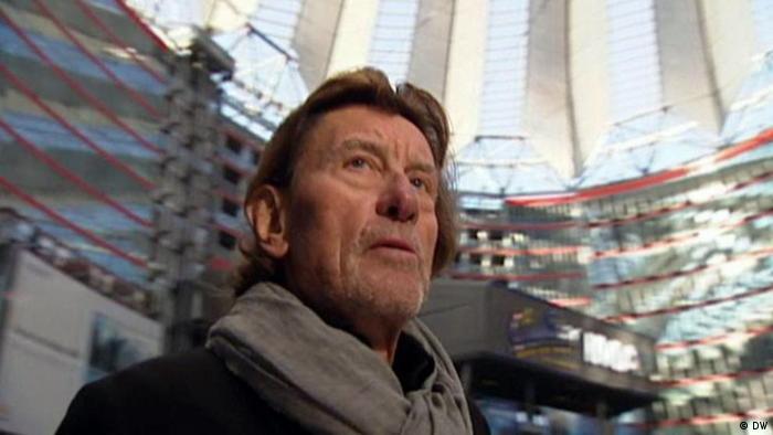 Helmut Jahn steht im Zentrum des Sony-Center-Komplexes in Berlin.