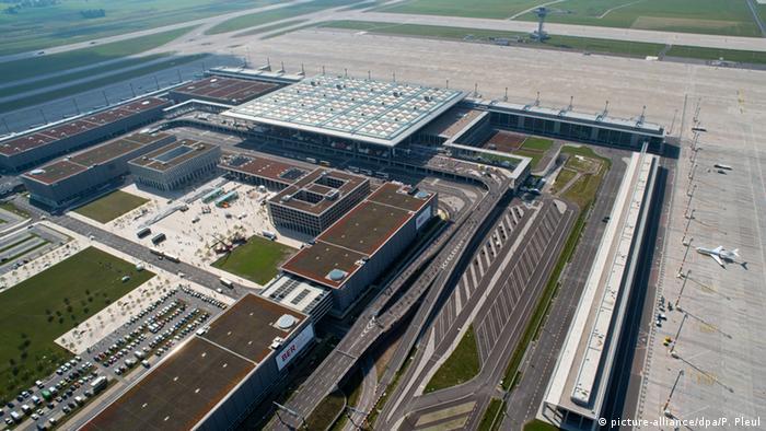 Вид с воздуха недостроенного нового берлинского аэропорта BER