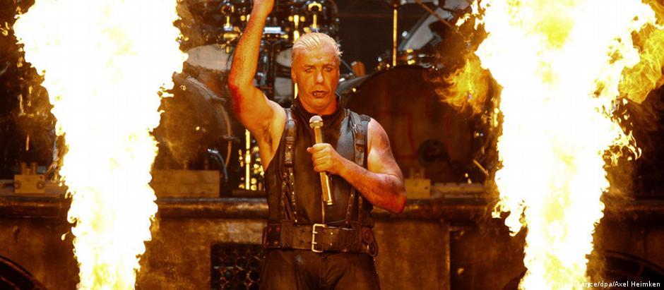 Till Lindemann, vocalista do Rammstein, durante apresentação no Festival de Wacken