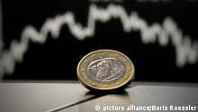 ARCHIV - ILLUSTRATION - Eine 1-Euro-Münze liegt am 06.05.2010 vor der DAX-Kurve an der Börse in Frankfurt. Foto: Boris Roessler dpa (zu dpa «Das Statistische Bundesamt gibt die Inflationsrate für Juni 2014 bekannt (endgültiges Ergebnis).» vom 11.07.2014) +++(c) dpa - Bildfunk+++