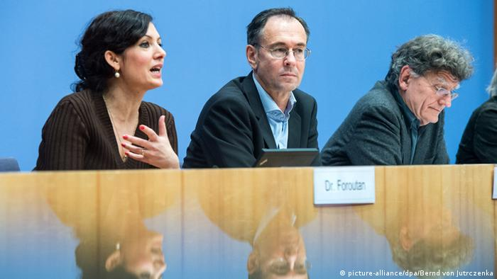 Foroutan on a panel with other political scientists (Foto: Bernd von Jutrczenka/dpa)