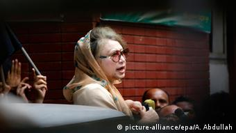 Bangladesh Nationalist Party (BNP) leader and former Prime Minister Khaleda Zia speaks to journalists from inside her office after police put barricades around Zia's private offices in the capital and kept the two main entrances shut, in Dhaka, Bangladesh, 05 January 2015 (Photo: EPA/ABIR ABDULLAH)