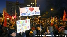 Gegner des islamkritischen «Pegida»-Bündnisses demonstrieren am 05.01.2015 in Köln. Die Pegida hat zur selben Zeit zu einer Demonstration in Köln aufgerufen. Foto: Oliver Berg/dpa +++(c) dpa - Bildfunk+++