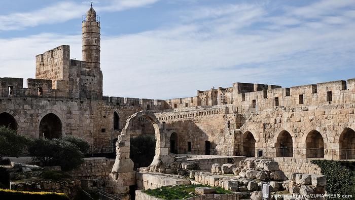 De acuerdo con el Antiguo Testamento, el rey David conquistó Jerusalén en torno al año 1000 a.C. Trasladó allí su sede de gobierno, convirtiendo a Jerusalén en la capital y centro religioso de su reino. Salomón, hijo de David, construyó según la Biblia el primer templo para Yahvé, el Dios de Israel, y Jerusalén pasó a ser el centro del judaísmo.