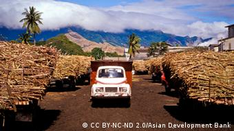 Photo: A truck delivers sugarcane to a warehouse at a refinery (Foto: CC BY-NC-ND 2.0/Asian Development Bank)