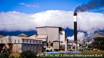 Photo: A sugar refinery in Fiji (Foto: CC BY-NC-ND 2.0/Asian Development Bank / Quelle: https://www.flickr.com/photos/asiandevelopmentbank/8425421325)