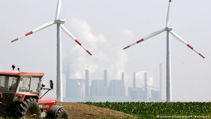 Braunkohlekraftwerk und Windkraftanlage