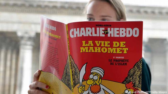 Eine Frau liest das Magazin Charlie Hebdo (Foto: Getty)