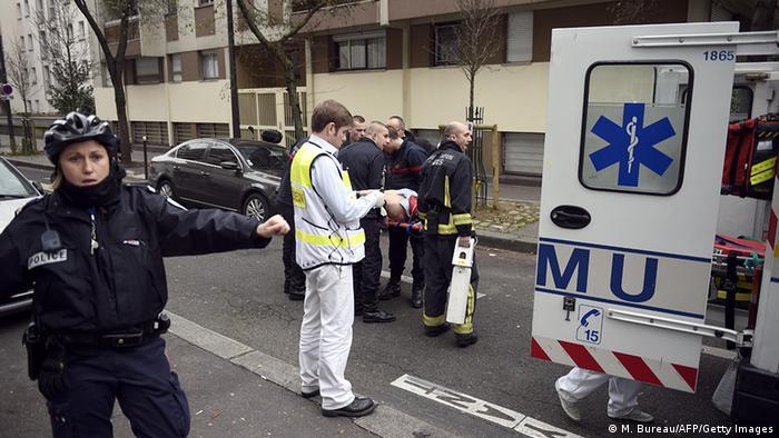 Polizisten und Feuerwehr am Tatort ( Foto: AFP)