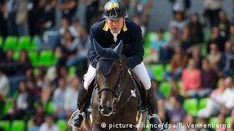 Мильтимільйонер Олександр Онищенко захоплюється кінним спортом. У Німеччині депутат відомий тим, що скуповує найдорожчих коней для своєї німецької стайні