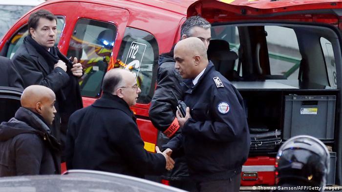 Міністр внутрішніх справ Бернар Казеньов особисто оглянув місце злочину на півдні Парижа