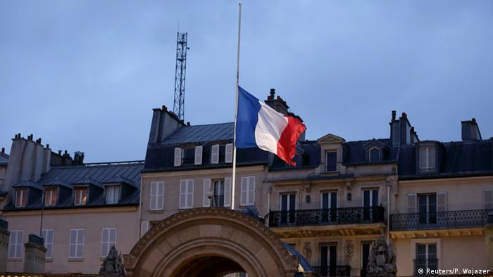 Paris Anschlag auf Charlie Hebdo - Trauer und Flagge auf Halbmast