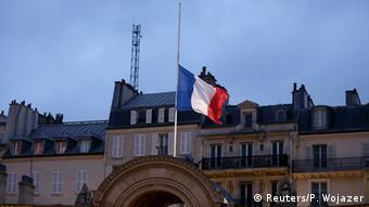 Bendera ikipepea nusu mlingoti nchini Ufaransa baada ya mashambulizi dhidi ya ofisi za gazeti la Charlie Hebdo.