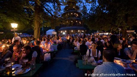 Kocherlball 2014 vollbesetzte Biertische im Englischen Garten München