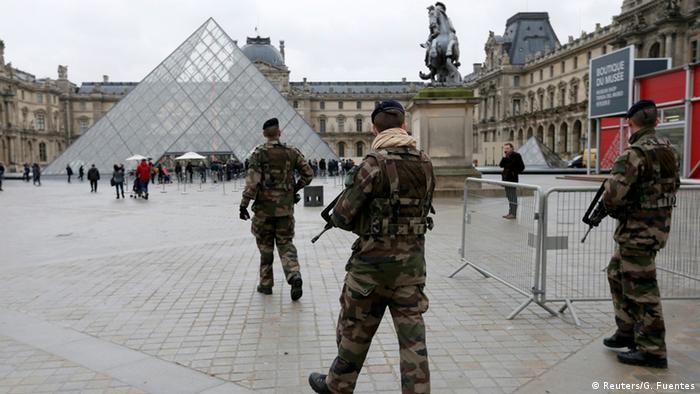 Французские полицейские во дворе Лувра